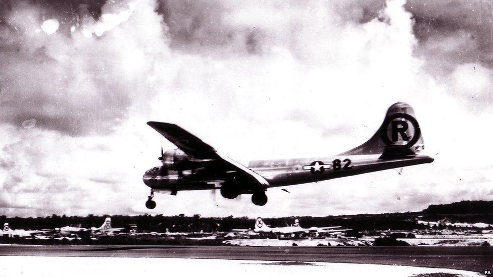 1945 წლის 6 აგვისტოს ამერიკულმა ბ-29 სტრატეგიულმა ბომდამშენმა იაპონიის ქალაქ ხიროსიმაში პირველი ატომური ბომბი ჩამოაგდო (დაბომბილი ხისროსიმას ფოტოები)