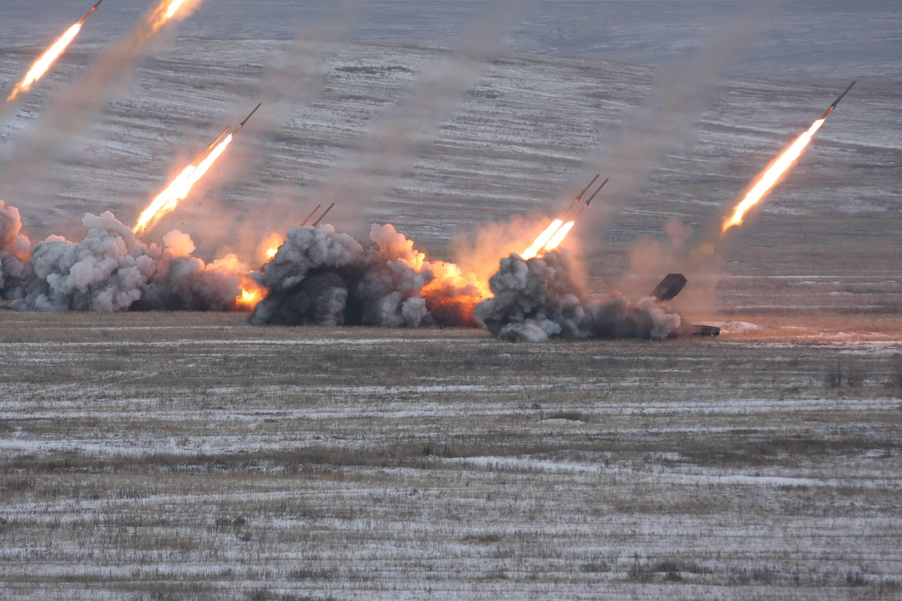 რუსები 220 მმ კალიბრიანი tos-1 ტიპის ზალპური ცეცხლის რეაქტიული სისტემებით ბომბავენ ისლამისტების პოზიციებს