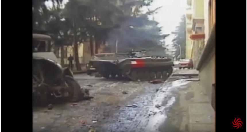 ზვიად გამსახურდიას მომხრეების БМП-1 ბრძოლაში მიდის და გზას ისუფთავებს (ვიდეო)