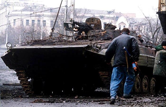 23. 12. 1994 გროზნოს შტურმი ინტენსიური ორმხრვი სროლა რუს ჯარისკცებს და ჩეჩენ მებრძოლებს შორის ვიდეო