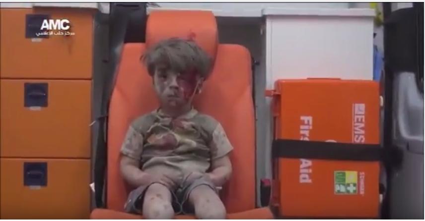 სოციალურ ქსელებში გავრცელდა ვიდეო, სადაც ალეპოში დაბომბვისას  დაშავებული ბიჭუნა ჩანს (ვიდეო)