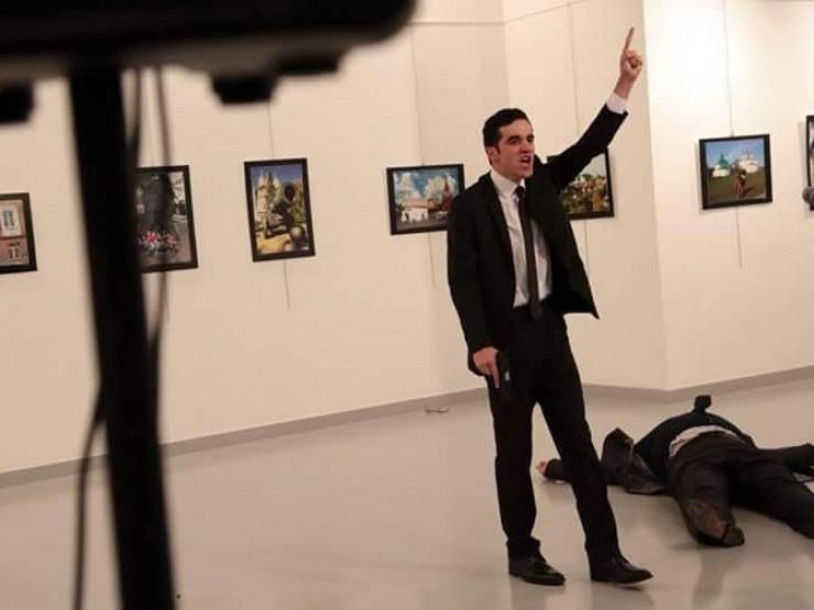 """""""ჩვენ დავიხოცეთ ალეპოში, თქვენ დაიხოცეთ აქ"""" – რუსეთის ელჩი ანკარაში თავდასხმის შემდეგ გარდაიცვალა.ინტერნეტში თავდასხმის ამსახველი ვიდეო მასალა გავრცელდა."""