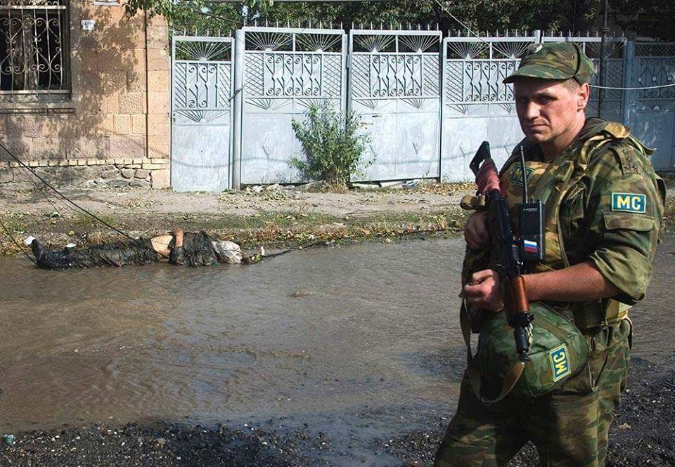 2008 წლეი 8 აგვისტო ცხინვალი, გმირთა ქუჩა, ოსი სეპარატისტების  მიერ აფეთებული ქართული ტ-72 ტანკი და  მოკლული ქართველი ჯარიკაცი. ფოტო (ვიდეო)