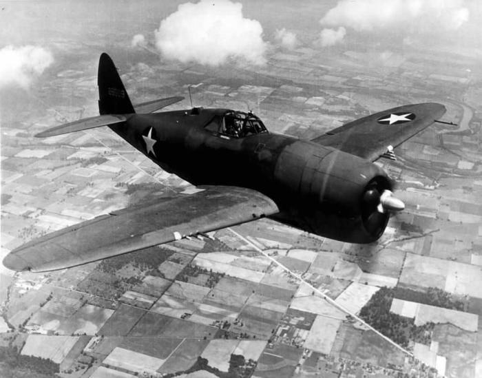 """ამერიკული P-47 """"Thunderbolt"""" გერმანიის აეროდრომს ბომბავს (4.13.1945).(დოკუმენტური ვიდეო)"""