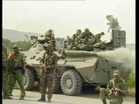 რუსული არმიის სადაზვერო დანაყოფი გორთან და გაფუჭებული БТР-ტიპის ჯავშანტრანსპორტიორი.2008 წლის აგვისტო ვიდეო.