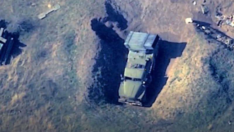 """სომხებს შენიღბვა არ შველის: აზერბაიჯანი  """"გრადის""""-ის და სხვა სამხედრო ტექნიკის განადგურების კადრებს აქვყენებს."""